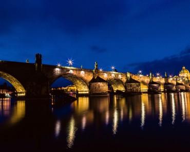 Прага през нощта